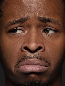 Bouchent le portrait d'un homme afro-américain jeune et émotionnel