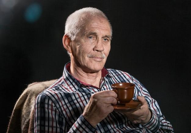 Bouchent le portrait d'un homme âgé
