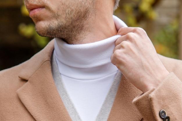 Bouchent le portrait d'un homme vêtu de plusieurs couches de vêtements