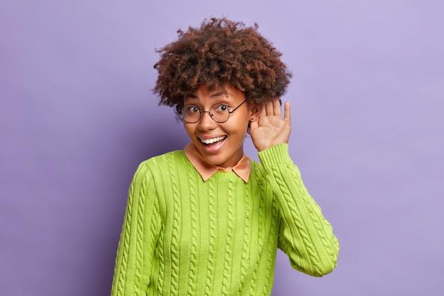 Bouchent portrait de jeune femme aux cheveux bouclés isolé