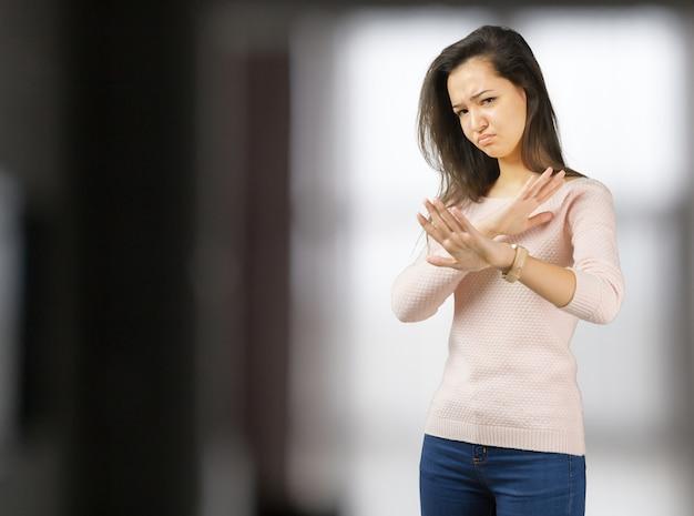 Bouchent portrait jeune femme en colère agacée avec mauvaise attitude