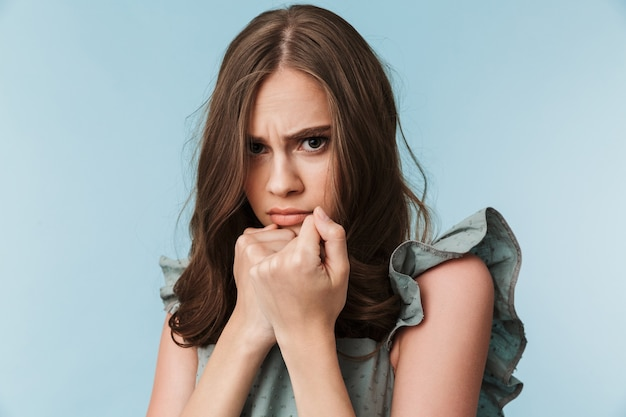 Bouchent le portrait d'une jeune femme effrayée