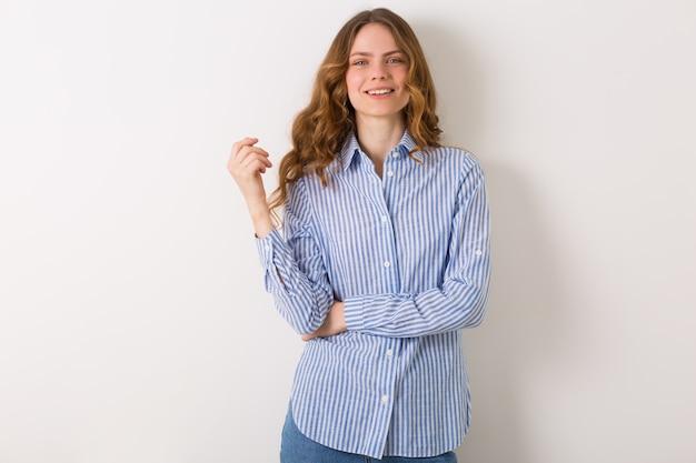 Bouchent le portrait de jeune femme jolie naturelle avec une coiffure frisée