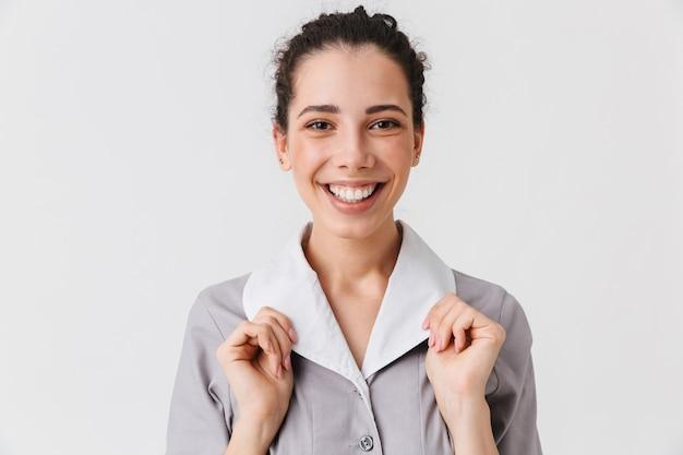 Bouchent le portrait d'une jeune femme de ménage heureuse