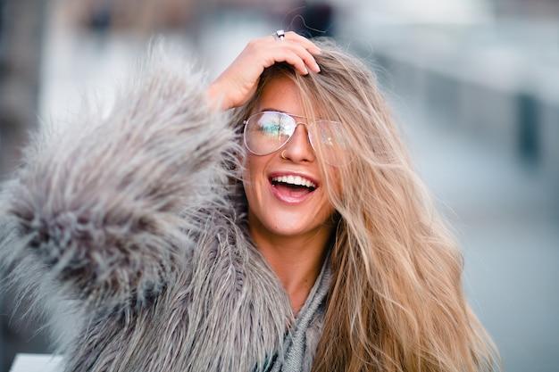 Bouchent le portrait d'une jeune femme positive énergique.