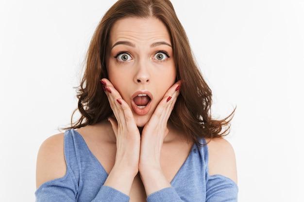 Bouchent le portrait d'une jeune femme surprise en hurlant