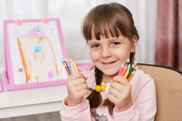 Bouchent le portrait de jeune fille avec des fournitures d'art