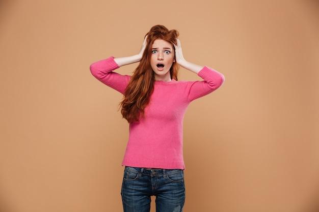 Bouchent le portrait d'une jeune fille rousse choquée