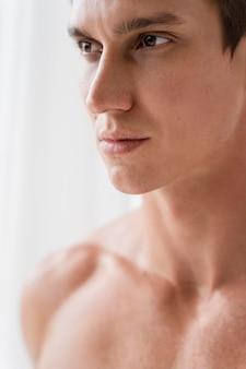 Bouchent portrait de jeune homme en forme