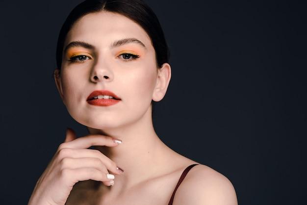 Bouchent le portrait de jolie fille aux cheveux brune en regardant la caméra avec une expression sérieuse. copiez l'espace sur le côté droit. stock photo