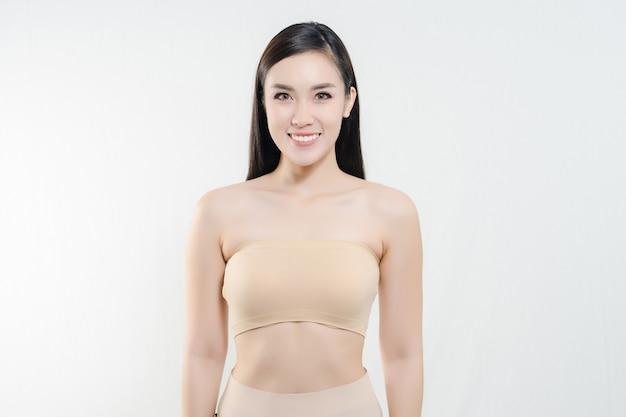 Bouchent portrait de jolie jeune femme joyeuse avec une peau parfaite en bonne santé