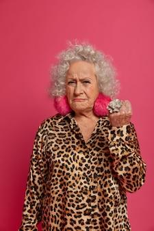 Bouchent le portrait de mamie à la mode ridée en colère