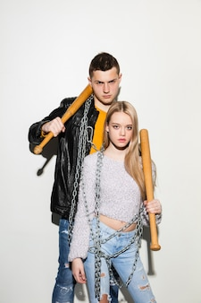 Bouchent le portrait de mode de deux jeunes adolescents assez hipster