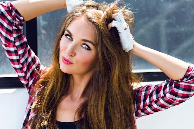 Bouchent le portrait de mode d'été ensoleillé de mode de jolie jeune femme incroyable avec des taches de rousseur, un maquillage sexy brillant et des poils longs moelleux