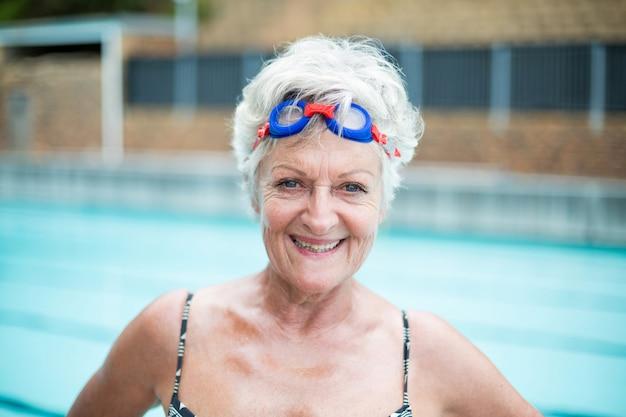 Bouchent le portrait de nageur senior joyeux