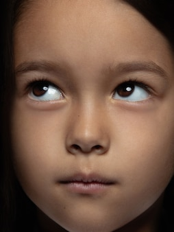 Bouchent le portrait de petite fille asiatique émotionnelle. photo très détaillée d'un modèle féminin avec une peau bien entretenue et une expression faciale brillante. concept d'émotions humaines. ça a l'air ludique, rêveur.