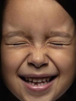 Bouchent le portrait de petite fille asiatique émotionnelle. séance photo très détaillée d'un modèle féminin avec une peau bien entretenue et une expression faciale brillante. concept d'émotions humaines. fou heureux.