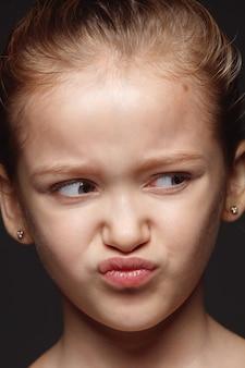 Bouchent le portrait de petite fille caucasienne et émotionnelle. photo très détaillée d'un modèle féminin avec une peau bien entretenue et une expression faciale brillante. concept d'émotions humaines. répugnant.