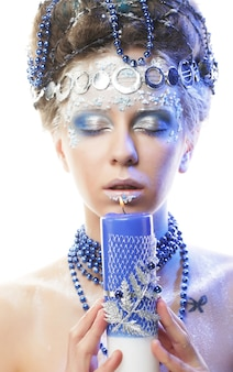Bouchent le portrait de la reine d'hiver avec un maquillage artistique.