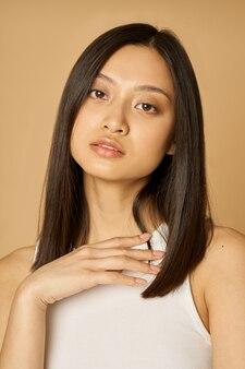 Bouchent le portrait d'une superbe jeune femme métisse avec une peau parfaite regardant la caméra