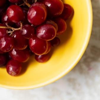 Bouchent les raisins rouges dans un bol