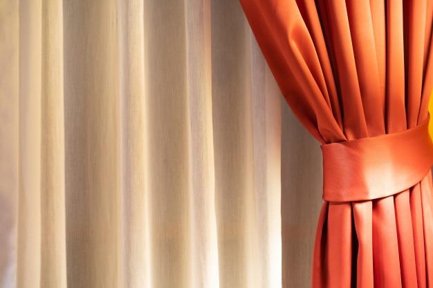 Bouchent le rideau rouge et le rideau blanc