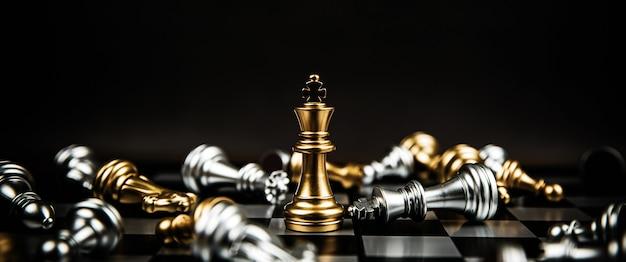Bouchent le roi d'échecs debout gagnant sur l'échiquier.
