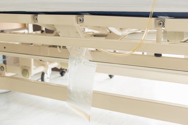Bouchent sac d'urine en plastique clair accrocher sur le lit de la patiente