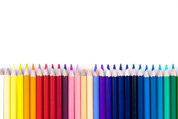 Bouchent sans soudure rangée de crayons de couleur isolé sur fond blanc. crayons colorés avec