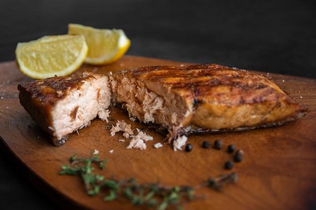Bouchent le saumon avec des tranches de citron