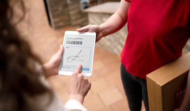 Bouchent la signature de la main sur la tablette
