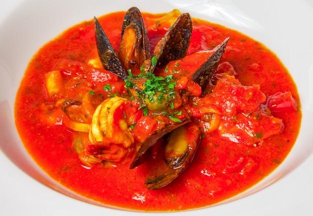 Bouchent la soupe de fruits de mer
