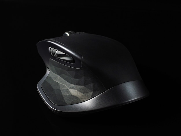 Bouchent la souris d'ordinateur gris sur fond noir
