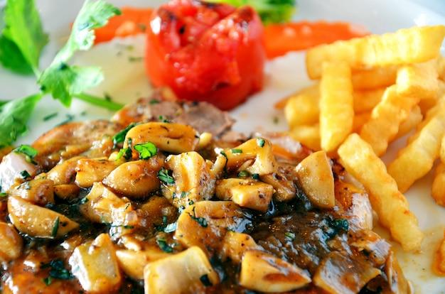 Bouchent steak de boeuf avec sauce aux champignons