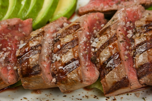 Bouchent steak de filet de boeuf grillé tranché pour servir avec des légumes, vue grand angle