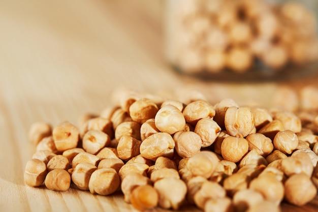 Bouchent la surface du houmous, graines de houmous sur une surface en bois