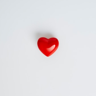 Bouchent le symbole de forme de coeur rouge sur l'espace de copie de fond blanc pour le texte