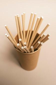 Bouchent la tasse de dessin animé avec des pailles