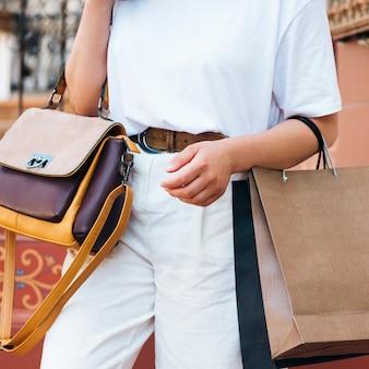 Bouchent la tenue de femme avec sac à main coloré