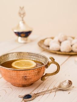 Bouchent le thé à côté des pâtisseries
