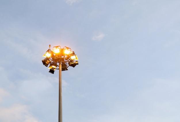Bouchent la tour de projecteur avec un ciel bleu en arrière-plan.
