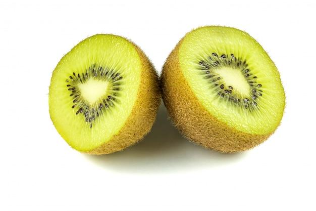 Bouchent les tranches de fruits de kiwi macro coupées isolé sur blanc
