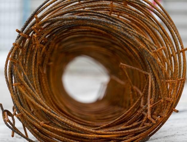 Bouchent le trou du fil de fer barbelé rouillé
