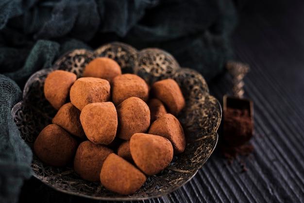 Bouchent les truffes dans un bol vintage