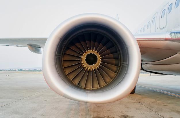 Bouchent la turbine du fond d'avion moteur