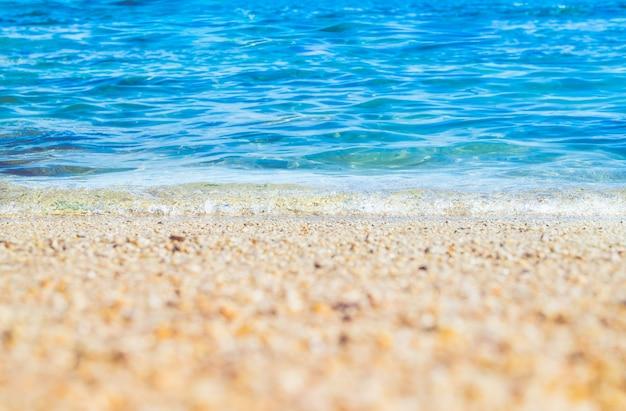 Bouchent vague de mer bleue sur la plage de sable bord de mer