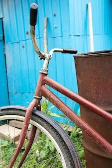 Bouchent le vélo vintage sur le mur de la maison en bois vintage