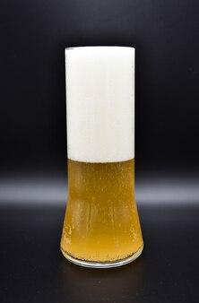 Bouchent le verre de bière avec de la mousse
