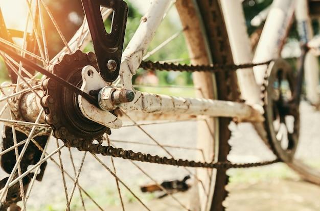 Bouchent la vieille roue de vélo avec le soleil