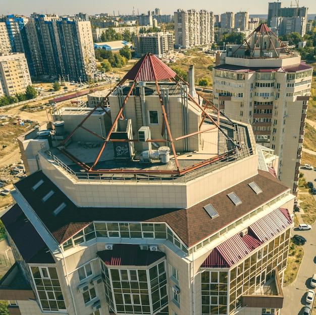 Bouchent la vue aérienne des appartements de maison plate dans le quartier de luxe f
